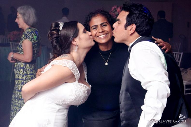 Carinho dos noivos no dia do evento
